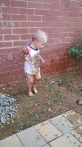 Leo freut sich aber auch über Wasser vor allem in Kombination mit Dreck!