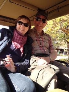 Oma und Opa im Safari-Auto