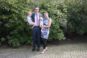 Familie Lindfeld vor der Kirche