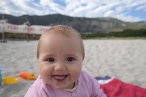 Lotta genießt die Zeit am Strand - inklusive Kostprobe