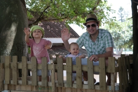 Papa und die kleinen im Baumhaus